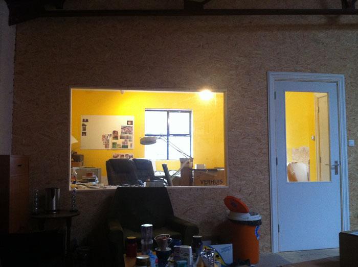 kantoor met raam en deur